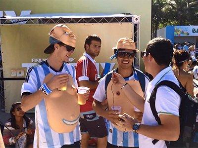 无语!阿根廷球迷带假胸入场看球