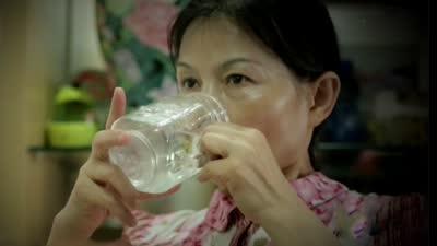 儿童犯错被老师惩罚 喝水喝出肾积水