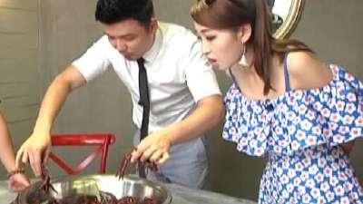 美女为竞选店长嫩手抓虾