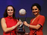 WTA新加坡网球之夜 辛吉斯米尔扎获颁年终第一奖杯