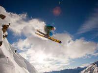 255米雪山悬崖一跃而下 疯狂滑雪达人创造记录