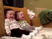 妈妈吓唬双胞胎宝宝 宝宝咯咯笑