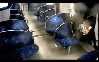 实拍醉酒少女火车上被盗后遭窃贼性侵