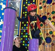 陆毅带女儿练习攀岩