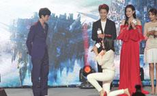 宋茜单膝跪地狂撩冯绍峰