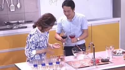 化学神师把厨房秒变实验室 教李咏鉴定红酒