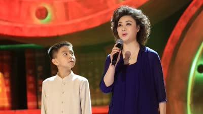 华裔少年终与偶像同台 动人京剧 处处梨花开