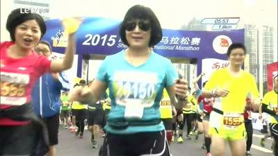 发布于14天以前 01:32 2015深圳马拉松 明星主持人跑团开跑打气 发布