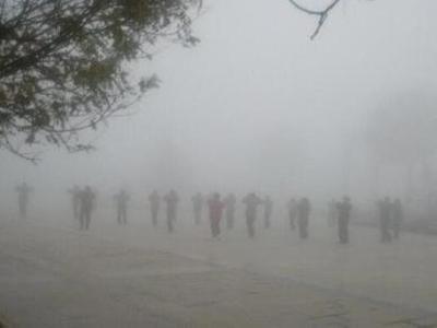 大妈雾霾中跳广场舞走红