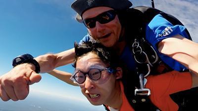 高空跳伞挑战队员极限 旅行团清理羊圈惨遭尿袭