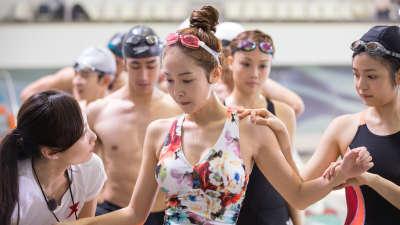 郑秀妍游泳呛水出意外孙杨英雄救美