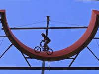 集装箱搭建炫技场 BMX高手挑战极限坡度