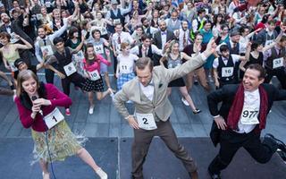 英国广场舞声势浩大 千人齐跳欲破纪录
