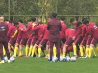 """【花絮】年轻人就是玩得开!新任国足队长遭17人""""胯下之辱"""""""