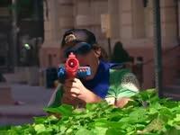 飞檐走壁的玩具枪大战 你的童年是否也这样过火