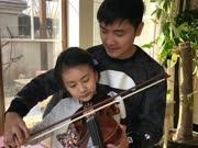 田亮指导森碟拉小提琴 却遭老婆拆台女儿嫌弃