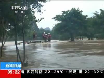 [视频]广西桂林:水位暴涨 五人被困江心岛