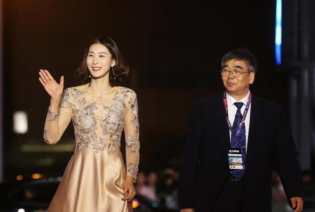 新赛季中国女排超级联赛,正式启动!女排姑娘走红毯,顾盼神飞