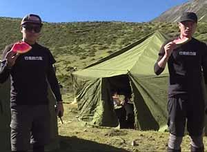 陈坤亲自搭建帐篷 志愿者吃西瓜解渴