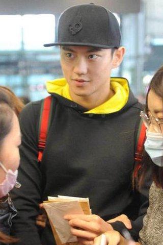 宁泽涛现身上海虹桥机场 粉丝前往送机场面盛大