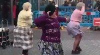 外国大妈也爱广场舞 听见音乐就尬舞各种舞步说跳就跳