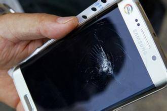 男子买三星新款手机砸核桃  结果悲剧了