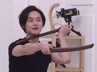 尹正手持木剑以死相逼