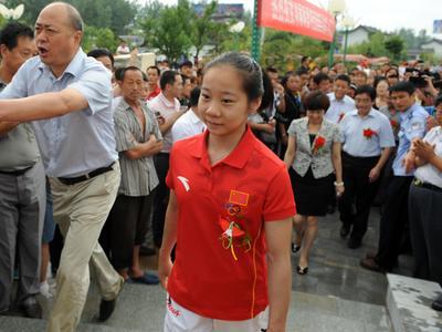 当选最年轻政协委员 邓琳琳坦承曾经有点蒙