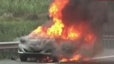 高速路上轿车自燃 无关司机围观被罚款