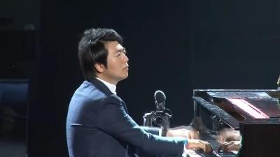 郎朗与百位钢琴爱好者合奏