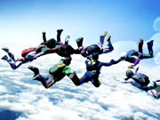 高空花式跳伞 你敢挑战吗?