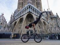 找刺激!自行车队城市飞檐走壁 居民楼间也能玩特技