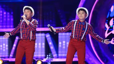 暖心华裔双胞胎上台为外婆