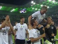 【赛后告别】前拜仁队友高举小猪 十二载国家队生涯终告别