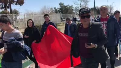 中伊战未开球迷先行 手持国旗徒步一公里集结