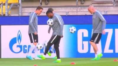 摩纳哥备战欧冠联赛 勒马尔专心颠球主帅商讨密策