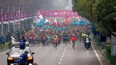 2017无锡马拉松鸣枪开跑 粉色樱花雨从天而降