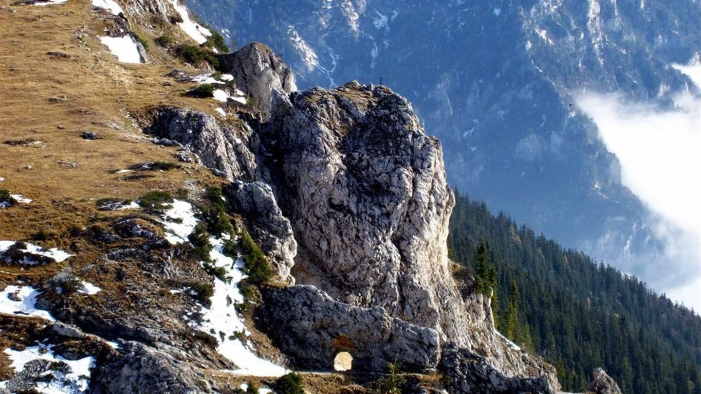 哦买嘎!坐视频冲下150米滑梯是样的v视频何应钦悬崖图片