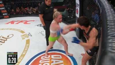 哈代遭头撞流血不止 重新上场后连续重拳TKO对手