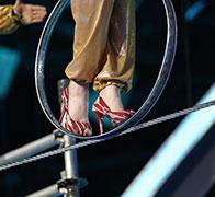 超高难度高跟鞋走钢丝