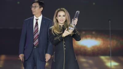 乐视生态最具国际影响力歌手 李玟获奖送歌迷超级电视