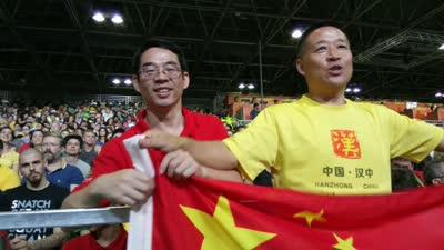 看哭了!龙清泉挺举刹那 中国观众起立高呼中国最棒