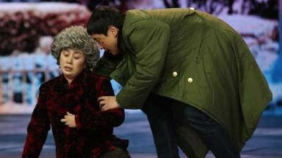 """沈腾饰""""郝健""""遇碰瓷大妈惹麻烦 小品《扶不扶》"""