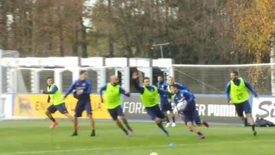 【意大利·训练】意大利众将手球备战德国 输了要罚俯卧撑哦