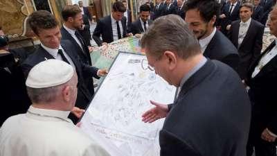 【德国·言论】梵蒂冈教皇接见德国队 勒夫携弟子送签名球衣作纪念