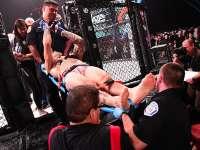 保罗戴利上演致命飞膝 对手失去意识被担架抬走