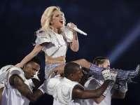 Gaga变装白色铠甲! 《Bad Romance》燃爆全场后怒摔话筒