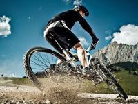 这也行?!自行车上演后空翻 享受刺激领略高山美景