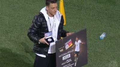 实至名归!厄齐尔赛前领取2016年德国最佳球员奖项