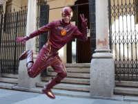 DC超级英雄闪电侠现身街头 吓傻路人